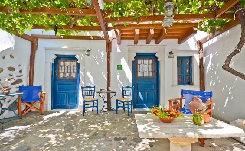 Venetiko apartments in naxos old town chora next to for Modern house quintet chora